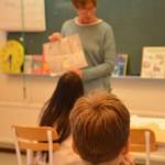 Fröken inleder lektionen i klassrummet på Palettskolan. Foto: Pehr Ellgård