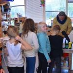 Barn på Palettskolan köar för att få hjälp av Hector. Foto: Pehr Ellgård