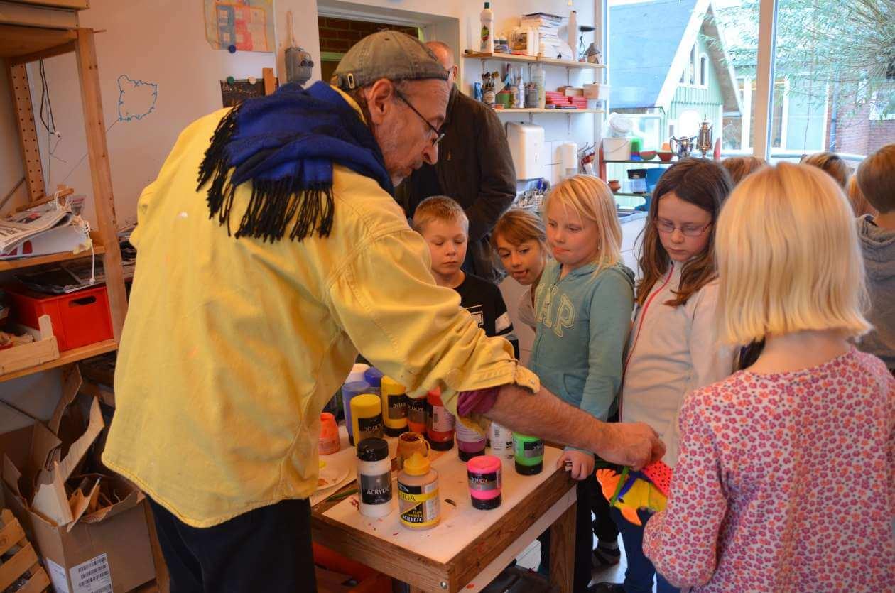 Hector Morales hjälper barn på Palettskolan. Foto: Pehr Ellgård