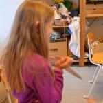 Stolt konstnär visar upp sitt verk. Foto: Pehr Ellgård