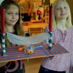 Elever på Palettskolan i Lund visar stolt upp sitt konstverk