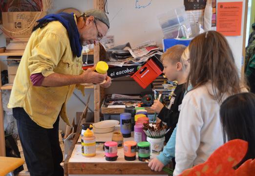 Hector pytsar ut material till barnen på Palettskolan. Foto: Pehr Ellgård