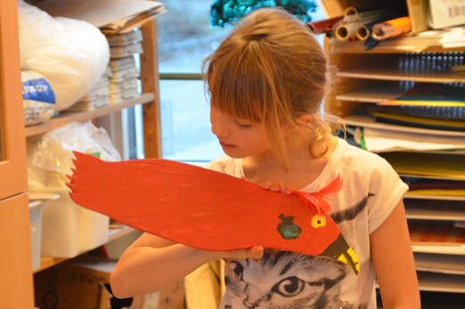 En stolt konstnär betraktar sitt värv. Foto: Pehr Ellgård