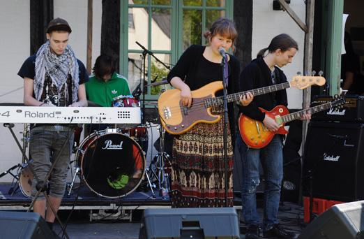 Unga musikanter som spelar utanför Hemgården. Foto: Sussa Stubbergaard