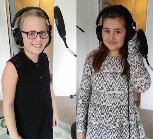 Elin och Wilma sjunger i OIKOS Musikstudio. Foto: Pelle Frantzén