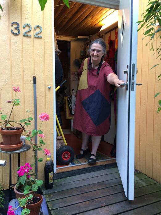 Nita öppnar dörren. Foto: Ingemar Carlsson