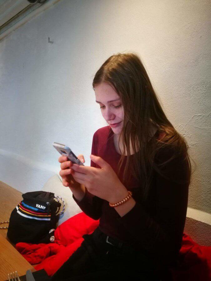 Minna med smartphone. Foto: privat